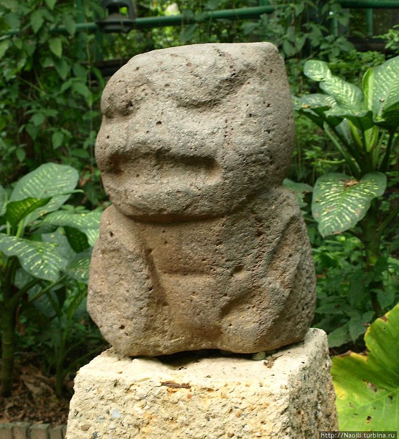 Котенок Ягуара, в скульптуре такжн присутствуют человеческие черты.