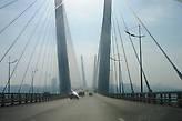 Едем по мосту через бухту Золотой Рог