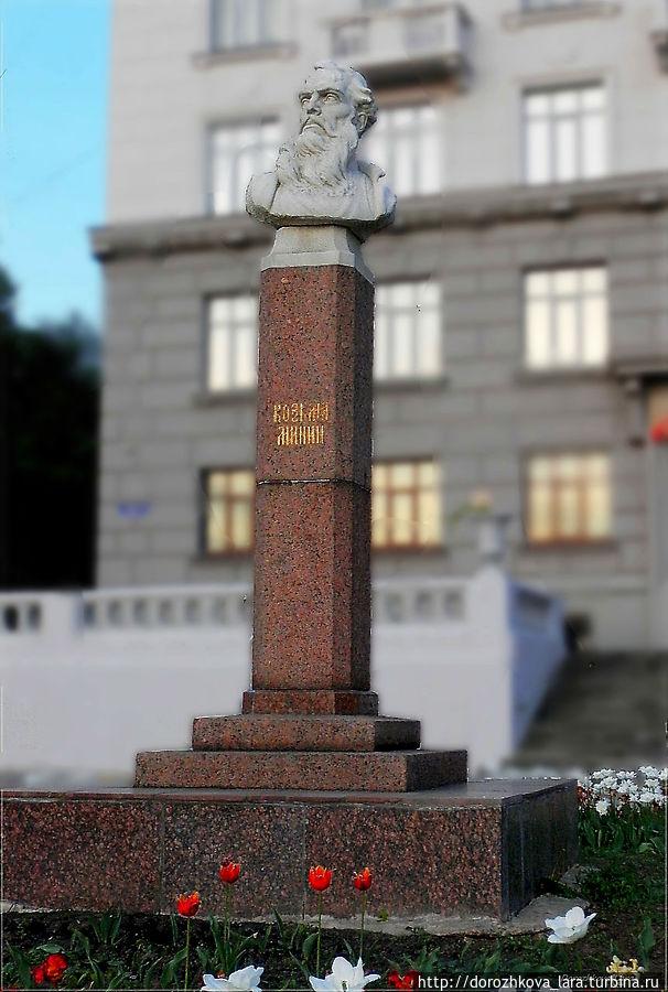 Бюст Козьме Минину на улице его имени