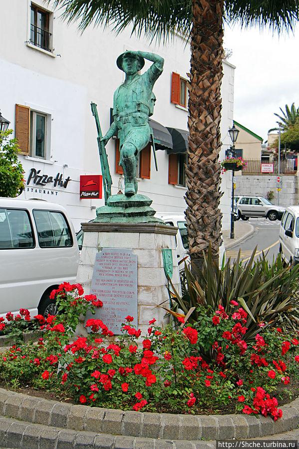 типичный памятник для Гибралтара, именно такие тут преобладают Гибралтар город, Гибралтар
