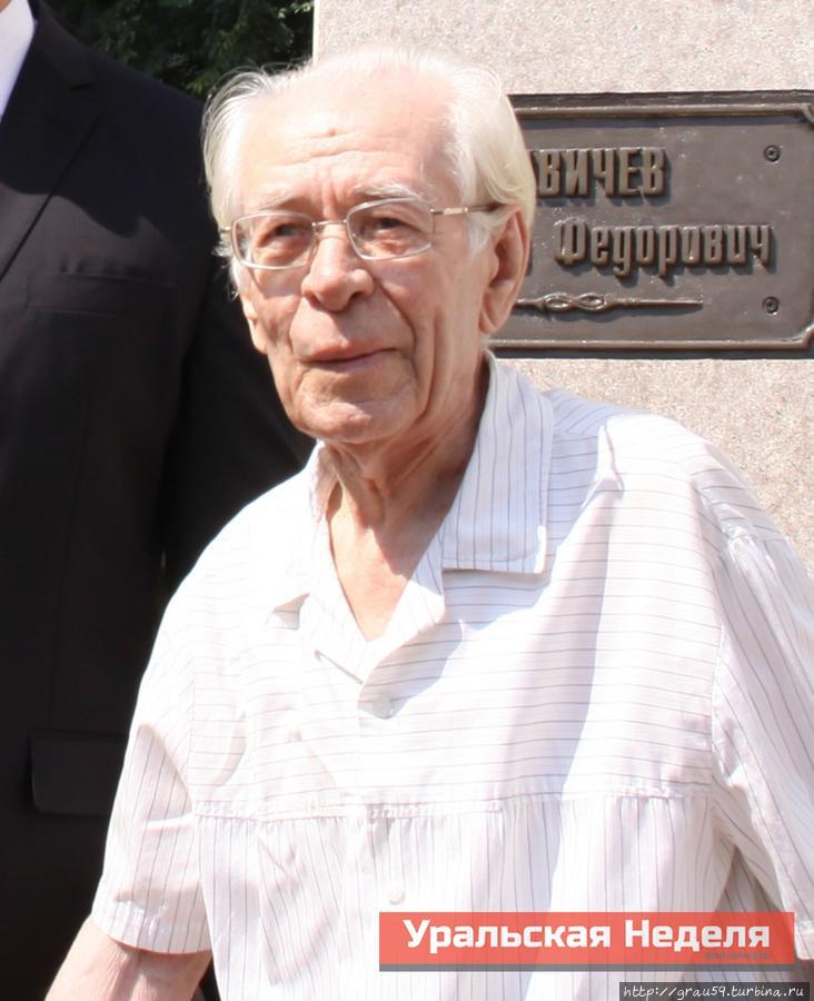 Фотография Н.Г.Чеснокова с открытия памятника Н.Ф. Савичеву из газеты