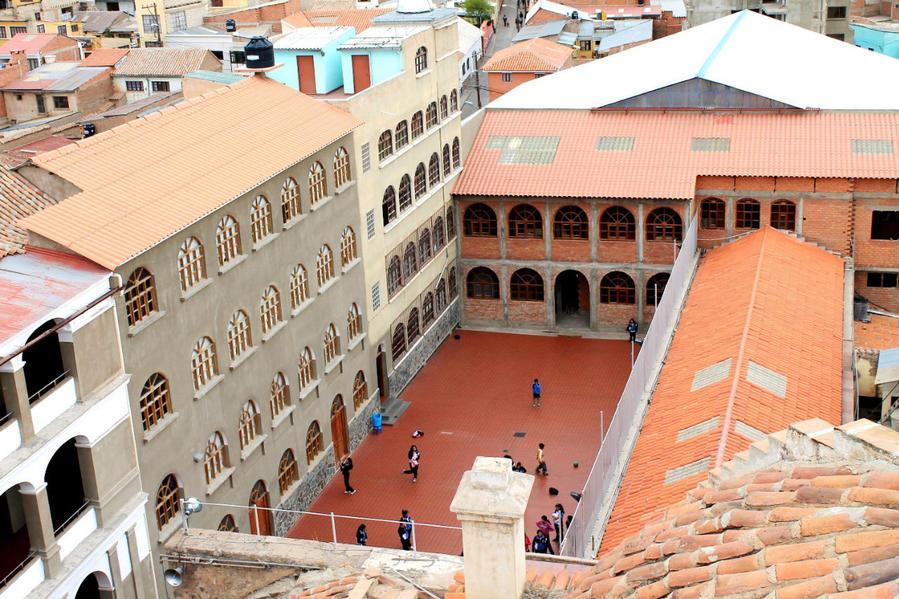 К конвенту Св. Франциска примыкает средняя школа Ордена Францисканцев