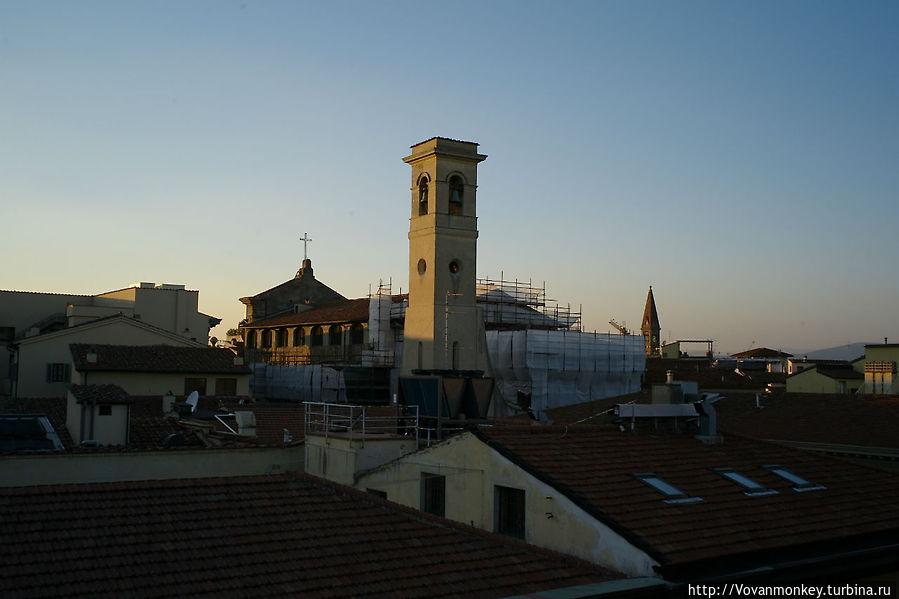 Вид из окна, правее — шпиль собора Санта Мария Новелла, у одноимённого главного жд вокзала Флоренции
