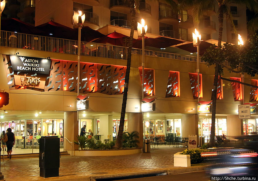 вон под теми красными зонтами мы и сидели, ресторан занимает веранду в гостинице