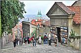 От собора Святого Вита мы спустились по лестнице вниз к старой части города. По пути встретится еще много интересного... *