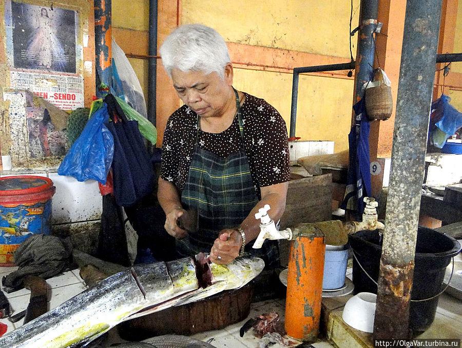 Такую огромную рыбу можно, конечно, купить и целиком, но филиппинцы предпочитают покупать кусочками... Хагна, остров Бохол, Филиппины