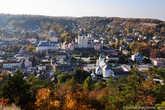 Вид на центр Кременца. Самым красивым зданием в городе, бесспорно является иезуитский костел. Эта даже не одно, а целый комплекс зданий, объединяющий в себе костел, монастырь и коллегиум.