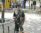 Этот бравый солдат охраняет подступы к городскому автовокзалу