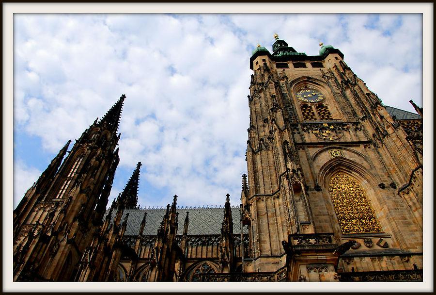 Один из самых важных и доминирующих элементов в соборе Св. Вита — это колокольня, которая находится на южной стороне. Уже известный нам Питер Парлер начал строить её в 1396, и продолжал строительство вплоть до 1406, года своей смерти. Часы появились на башне с 1552 года. Однажды в истории, башня была повреждена падающими колоколами, когда поперечные балки, поддерживающие колокола были разрушены пожаром. Кроме того, колокольня всегда окружена легендами.  В одной легенде говорится, что, когда император Карл IV умер, все колокола на башне начали звонить. Вначале, был слышен похоронный звон, а затем все остальные колокола Праги присоединились.  Другая легенда говорит о том, что пророк сказал чешскому королю Вацлаву IV, что он умрет перед Колокольней. Король так боялся, что даже хотел разрушить башню. Когда первый этаж снесли, в Праге появились новости о вспышке движения Гусситов. Короля так разозлили эти новости, что вскоре он умер от сердечного приступа.  На этой колокольне и находится знаменитый и самый большой колокол Праги — Зикмунд, созданный в 1549 Томасом Яросом, который жил и работал в Пороховой Башне Мигулка (Mihulka). Он украшен портретами Фердинанда I и Анны Ягеллонки. Говорят, что никто не знал, как переместить такой большой и тяжелый колокол на колокольню. Но, не кто иной, как дочь короля создала очень эффективный шкив. Благодаря шкиву колокол подняли на веревке, изготовленной из волос принцессы. Когда колокол оказался на колокольне, она разрушила приспособление, чтобы никто не узнал, как оно устроено.  У этого колокола есть и другая интересная легенда. Согласно этой легенде, если сердцевина колокола сломается, со страной случится что-то ужасное. В последний раз это было в 2002, как раз за несколько недель да катастрофических затоплений в Чешской Республике.  Посетителей пускают в башню только в хорошую погоду, и отсюда вам откроется чудесный вид на Прагу. Источник praga-ru