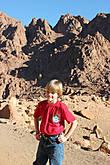 Спуск завершён. Финальное фото участника ПРОЕКТА на фоне Синайских гор.