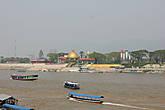 На противоположном берегу — здание казино, находится на территории Бирмы!