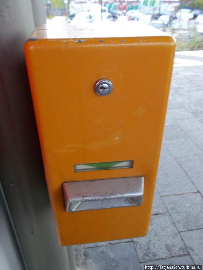 компостер, отпечатывающий на билете дату и время, на ж/д платформе
