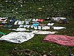 Белье малагаси сушат где ляжется )) т.е. либо прямо на земле (как на этой фото), либо на деревянных перекладинах-палках (увидите на других фотографиях), либо на крыше домов .... в общем — где можно его разложить — там и сушат!