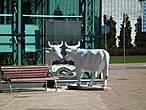 Коровы почему то повсюду ...  коров встретили больше, чем людей. У меня теперь Вентспилс будет ассоциироваться с расписными коровами. Сфотографировала только эту. Мне показалось, что как то глупо будет заполнить альбом коровами .... это же город, а не пастбище ...