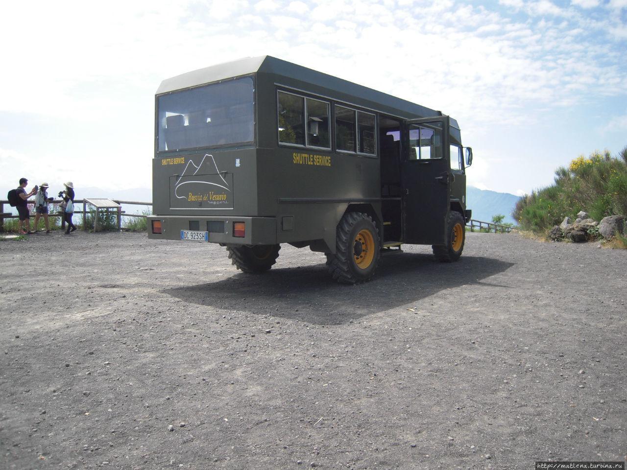Автобус, который подвозит к началу пешеходного подъёма в Национальный парк Везувия