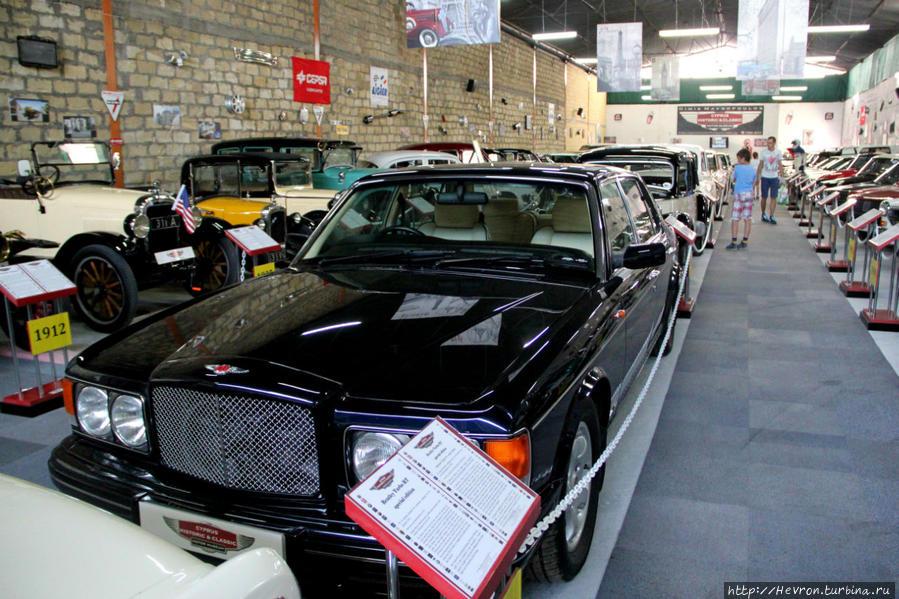 Бентли турбо РТ специальный выпуск. Он был последним, самым редким, самым мощным и самым дорогим автомобилем Турбо серии. Сдвоенный турбодвигатель V8 объемом 6.75 л., мощностью 400 л.с  В 1997-1998 год было выпущено всего 75 автомобилей. Цена 211 тыс долларов.