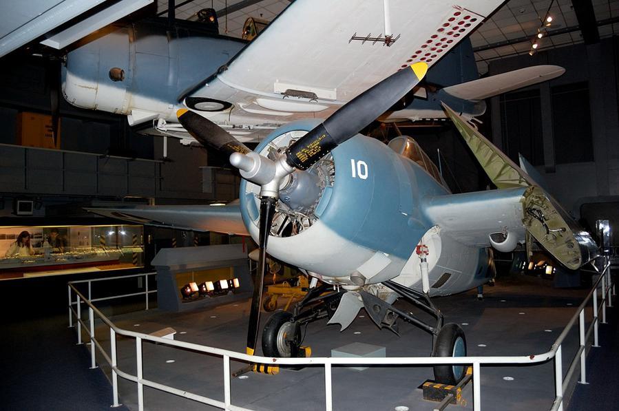 Экспозиция, посвященная Второй Мировой Войне. Американский палубный истребитель, предположительно Grumman F4F Wildcat