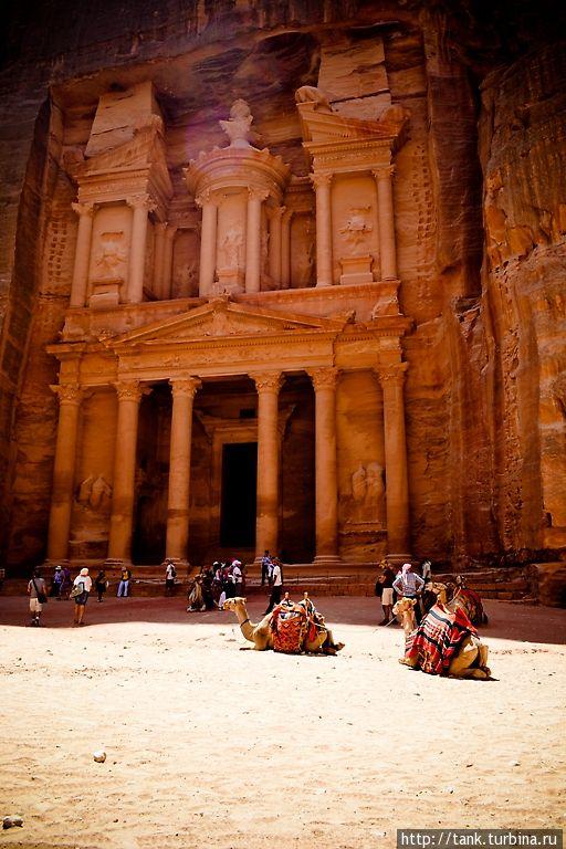 Выйдя из ущелья Сик, что в переводе означает Шахта, мы видим главный символ, не только Петры, но, пожалуй, и всей Иордании — громадину Сокровищницу Фараона (арабское название — Эль-Хазне). Предназначение Эль-Хазне, высеченного в скале примерно во II веке нашей эры, до сих пор неясно, но многие историки и археологи считают, что первоначально это был храм богини Исиды.  Так же, предназначением Эль-Хазне, принято считать усыпальницей последнего царя Петры. Петра, Иордания
