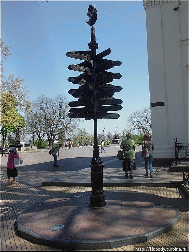 Нулевой километр на Думской площади. Количество указателей впечатляет))