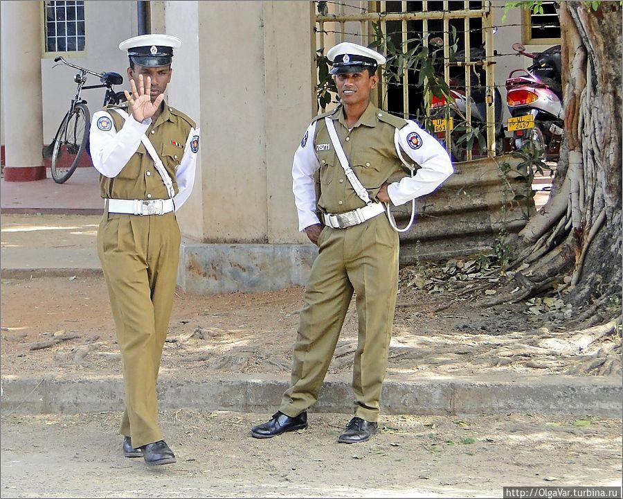 Дизайну полицейской формы может позавидовать даже Юдашкин. Тринкомали, Шри-Ланка