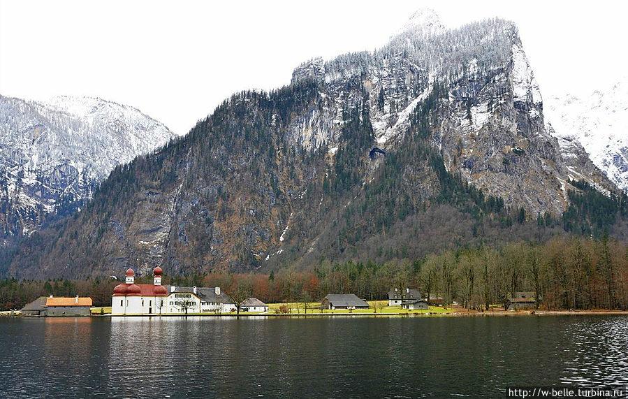 В средней части озера, на западном берегу у самой воды находится туристская достопримечательность — Церковь святого Варфоломея. Рамзау-Берхтесгаден, Германия