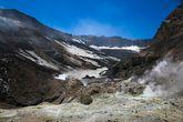 Вот мы и в первом кратере! Как я уже говорила, в щитовом типе вулканов, кратеров несколько. В Мутновском они расположены друг за другом, чуть по спирали.