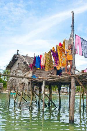 За нарядами – юбками, шортами, футболками, кепками, сланцами, бижутерией – члены общины ездят как когда-то наши деревенские на ярмарку.