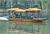 Парки Пекина — это нечто такое, без чего вообще немыслима жизнь горожан. Надо видеть, как старички торопятся бегут в свой любимый парк, где их ждет столько интересных дел: занятия тайчи, танцы, общение, игра на музыкальных инструментах. Непременным атрибутом почти любого парка является озеро с красивыми лодками. В общем, у нас такого нет, увы... *