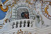 Четыре балкончика почти под самым потолком — там в дни больших праздников находятся трубачи.