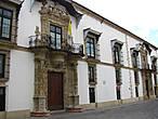 Дворец Bertemati. Некоторые дома в городе имеют такие ажурные балконы в стиле барокко.