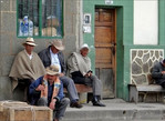 На лавочках почему-то сидят одни мужчины. Чтобы так рассиживали колумбийки — не видела
