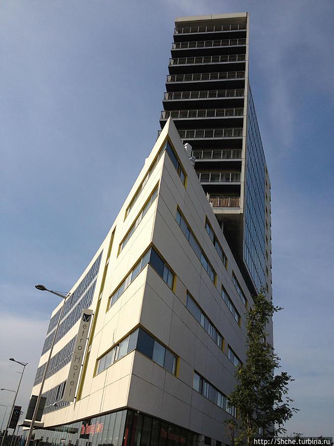 современное здание, вид с парковки отеля