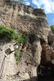 По извилистой улочке Пиралес выходим к лестнице, которая заканчивается внезапно аркой в скале (Postigo de los Descalzos). Идём к