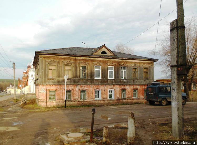 Двухэтажный  старый  дом