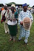 Барабанщики йоруба. Тыква у мужика справа выполняет двоякую функцию, во-первых это музыкальный инструмент (к ней привязаны погремушки), во-вторых, туда удобно собирать деньги, которые дают за выступление. А на зеленом барабане мне даже дали немного постучать