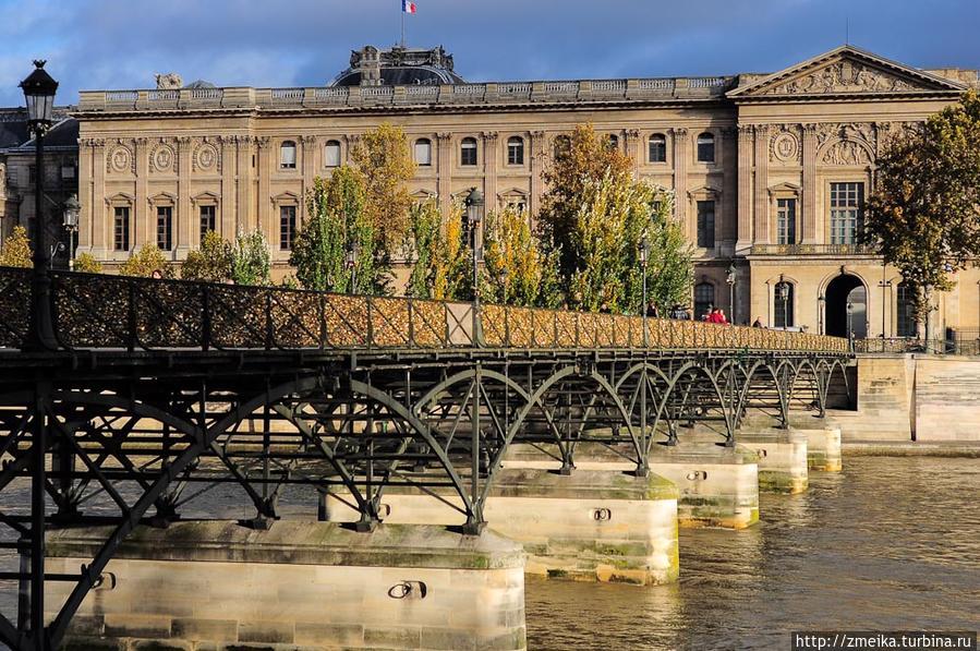 Узнать мост легко — он железный и блестящий