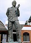 А это памятник Лино Брока (Lino Brocka), которого на Филиппинах считают филиппинским Феллини (был такой итальянский кинорежиссер всемирноизвестный)