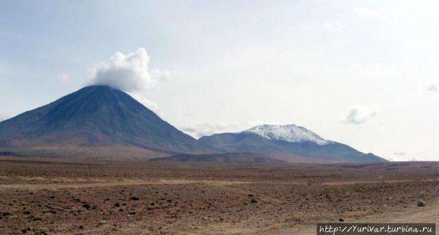 Слева — вулкан Ликанкабур