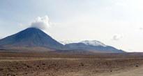 Слева — вулкан Ликанкабур, справа — Хурикес