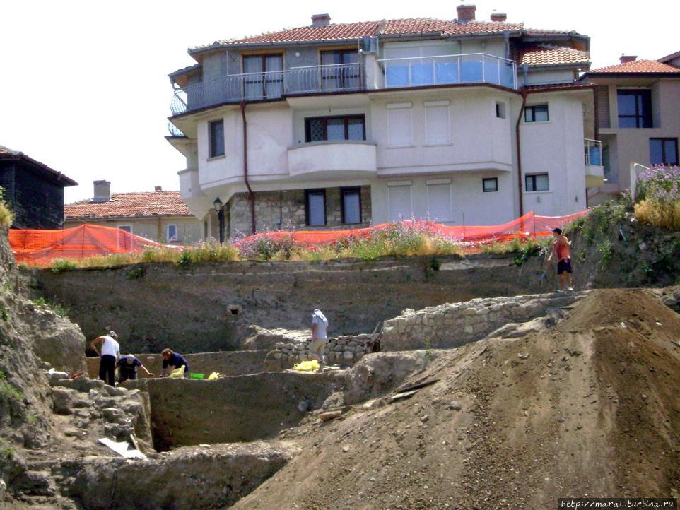 Рядом с базиликой на набрежной археологи проводят раскопки, надеясь выведать от древнего Несебра новые тайны