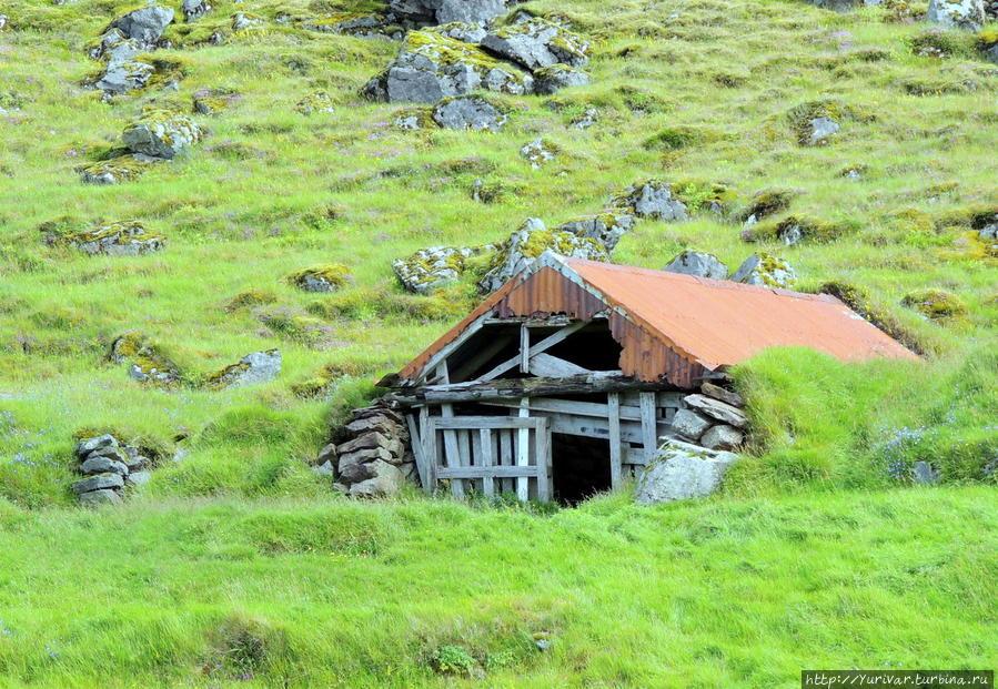 Раньше исландцы жили и в таких домах Хёфн, Исландия