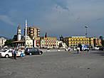 центральная площадь — памятник Скандербею и мечеть