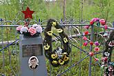 прямо в лесу иногда встречаются могилы солдат — вот одна из них