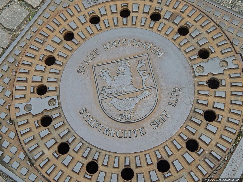 Герб города на канализаци