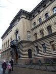 Герой застыл в камне на здание Сейма Латвии (Парламент) — это образец рижской архитектуры XIX века.