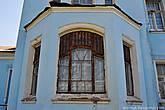 Сохранилось несколько старинных окон с цветными витражами.