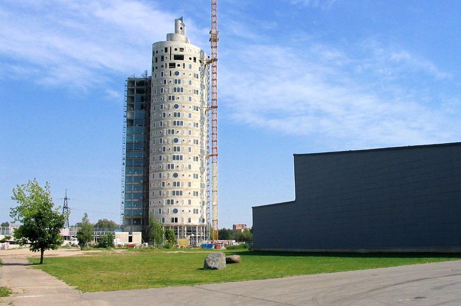 Башня еще в процессе строительства, 2007