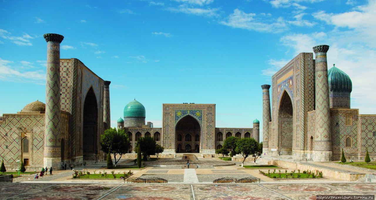 Площадь Регистан. Слева н