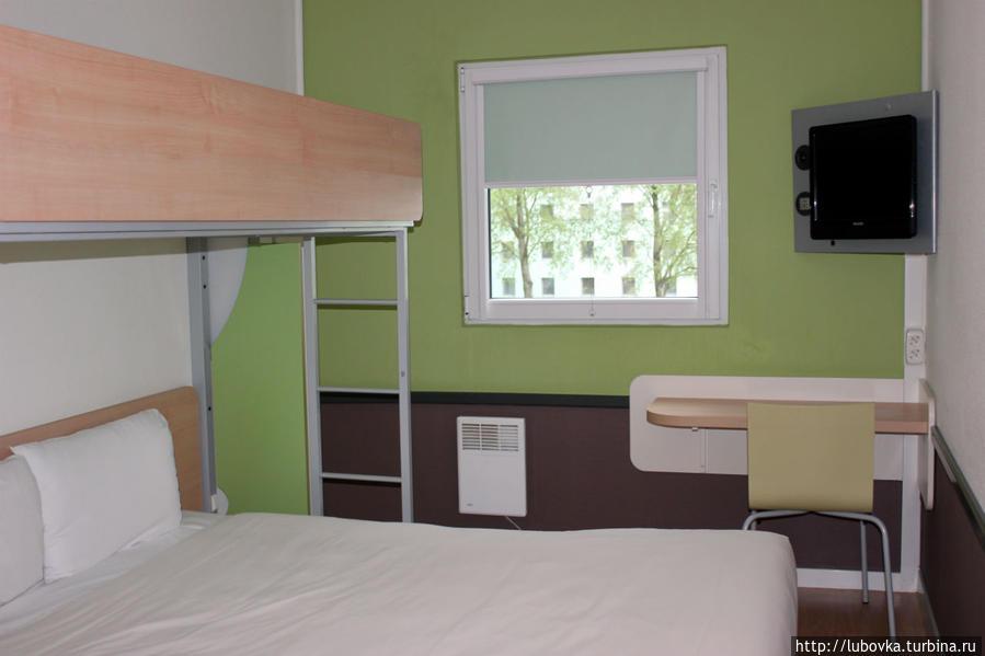 Номер на втором этаже. Двухспальная кровать  кровать на втором этаже.