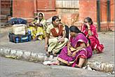 Индийцы не только едят руками, но всегда и везде сидят прямо на земле. На целый миллиард населения не напасешься скамеек. Да и так, видимо, им привычнее. Эта группа женщин дожидается своего поезда рядом с центральным вокзалом